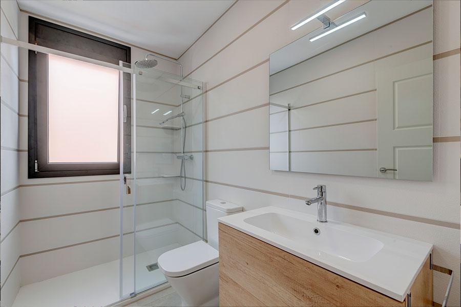 Reforma integral de vivienda, diseño de interior baño, en F. Soler, realizado por Dromstudio
