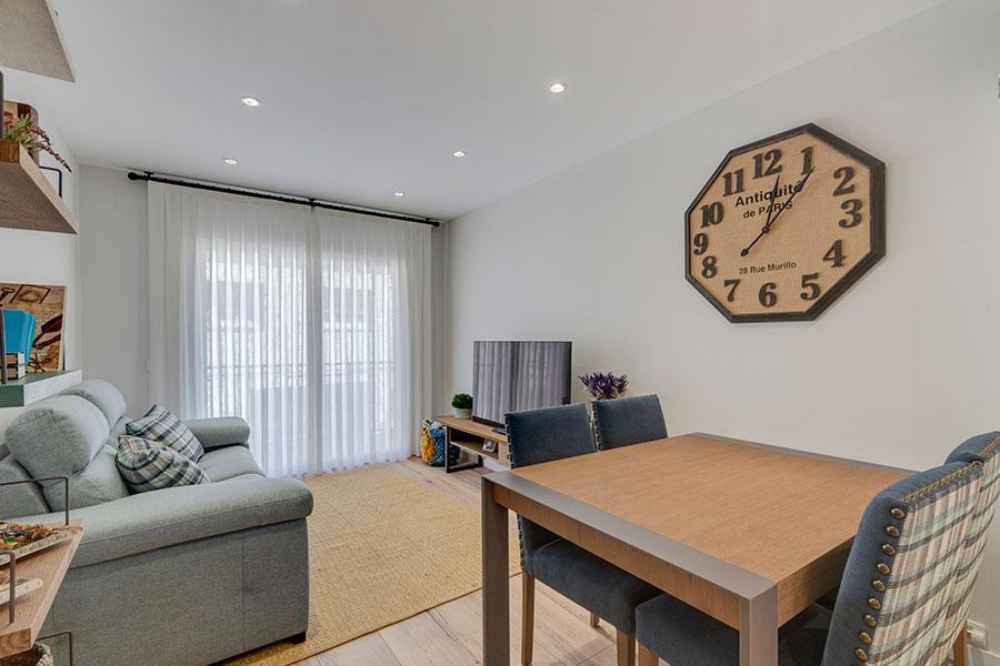 Diseño de salón para reforma integral de vivienda en St. Cugat, realizado por Dromstudio